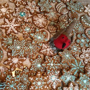 Festive Gingerbread Christmas cookies and robin